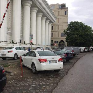 Кејот преполн со паркирани возила, а катната гаража празна