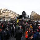 """Тактиката на Макрон за """"исцрпување"""" на демонстрантите дава резултати?"""