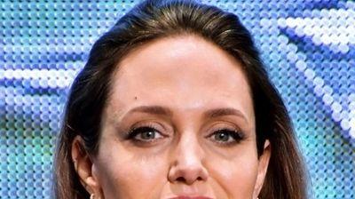 Анџелина Џоли има сериозна здравствена криза? Светските медиуми пишуваат за актерката, причината е тажна, а асистентките се во паника!