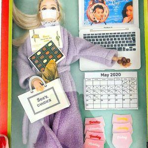 Карантинска Барби – првата кукла со мустаќи и подочници
