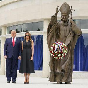 Меланија се насмевна по барање на Трамп, повеќе не изгледа како киднапирана покрај него