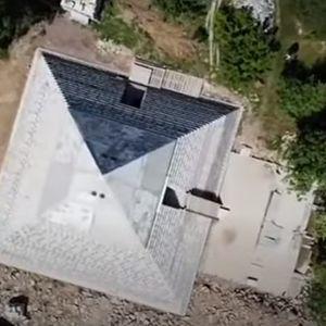 Брачна двојка од Русија си изгради пирамида во својот двор како онаа во Гиза, еве зошто (ВИДЕО)