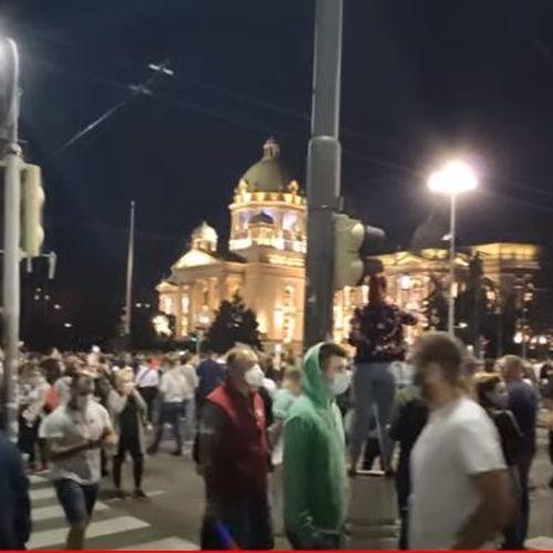 Белграѓани излегоа на протест и влегоа во Собранието, не сакаат полициски час