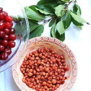Наједноставен начин за чистење на семките од вишните или црешите!