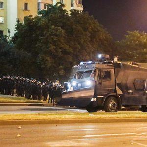 Страотни сцени од Минск: Полицијата пука во народот (ВИДЕО)