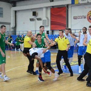 """Далеку од """"пријателска"""": Невиден инцидент на кошаркарски меч во Украина!"""