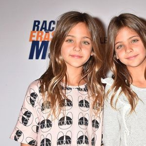 Уште како бебиња го воодушевија светот – Вака денес изгледаат близначките кои беа прогласени за најубави во светот!