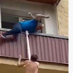 """Не е лесно да си """"швалер"""": Овој човек мораше да скока преку тераси за да спаси жива глава!"""