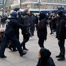 ВИДЕО: Драма на протестите во Германија, полицаец брутално турна жена – кутрата падна на асфалтот