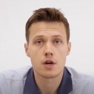 Руската полиција уапси истражувачки новинар откако изврши претрес во неговиот стан