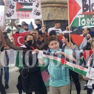 ФОТО+ВИДЕО: Протестот за поддршка на Палестинците во Скопје се подели заради национални и религиозни скандирања и симболи