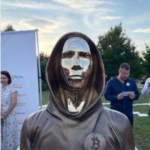 Во Будимпешта подигната статуа на творецот на биткоинот