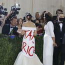 """ФОТО   """"Данок за богатите"""": Американската политичарка Александрија Окасио – Кортез во елегантен фустан со моќна порака на Мет Гала"""