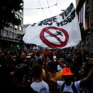 Антиваксери маршираа низ Белград, се туркаа со полицијата и на крајот играа оро