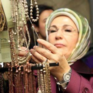 Сопругата на Ердоган трпи критики откако се откри дека носи рачен часовник од 30.000 евра