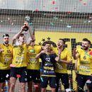 Македонскиот репрезентативец Ѓоргиев со трофејот во Суперкупот на Бугарија