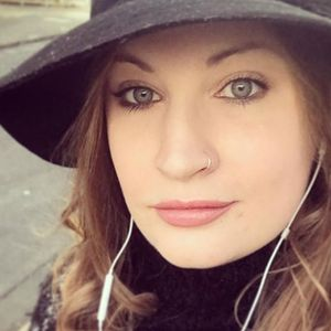 Mum shares her most brutal Tinder dates, including a bloke who was engaged and a guy who rang his DAD to pay for dinner