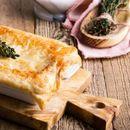 По рецептот на Џејми Оливер: Брза лисната пита со пилешко и печурки во кремав сос