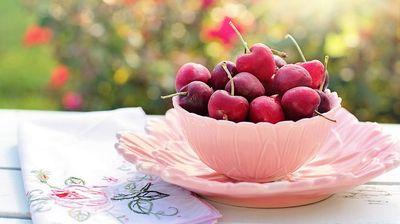 Многумина ја прават оваа грешка додека јадат цреши: Не сте ни свесни колку си го ризикувате здравјето!