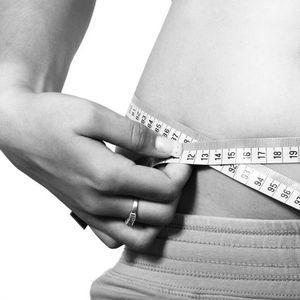 Ја правела оваа вежба само една минута дневно: За 7 дена, маснотиите од нејзиниот стомак почнаа да се топат!