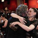Фотографијата што ги освои сите: Оскаровецот и актерката јадат веге-бургери на скали и се гледаат среќно и заљубено