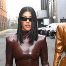 Колку луѓе се потребни за да може Ким Кардашијан да се вовлече во костим од латекс? (ВИДЕО)