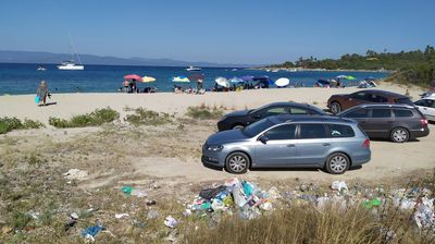 Fotografija đubreta na plaži u Grčkoj pokrenula kritike srpskih turista: Šta je s njihovom čistoćom