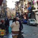 U Napulju kao da ljudi ne umiru od korona virusa: Pune ulice ljudi, redovi ispred trgovina
