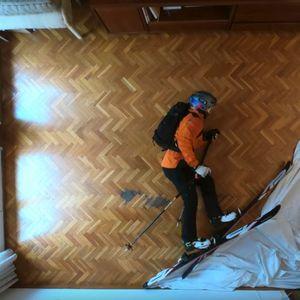 Zbog pandemije nije otišao na putovanje, pa je odlučio da skija u svojoj dnevnoj sobi