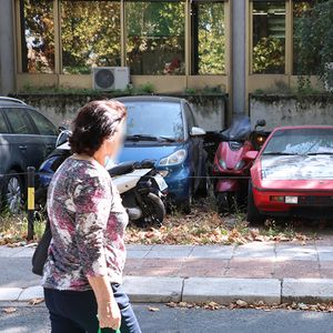 Crveni opasni automobil parkiran na Novom Beogradu, a od znaka smrti na haubi neke podilazi jeza