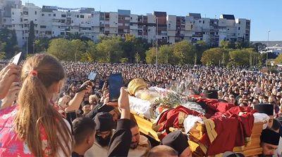 Snimak za sva vremena: Sanduk sa telom Amfilohija iznad nepregledne mase vernika u Podgorici