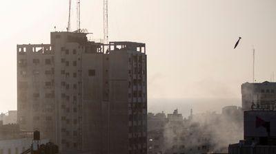 Stravičan snimak rušenja solitera u Gazi: Puklo je, zgrada se srušila, ostao samo crn oblak dima