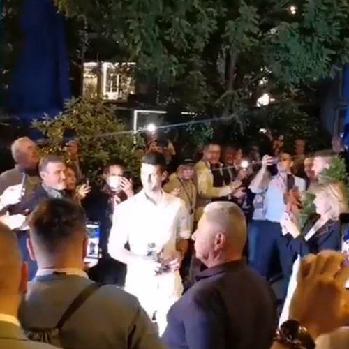 """Nole stigao na žurku, počela je ludnica: Ori se pesma """"Iz Srbije dolazim, ponosim se s tim"""""""