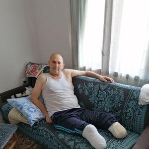"""""""Vučem se nekako na kolenima"""": Borcu Zoranu amputirane obe noge, živi sam sa 19.000 dinara pomoći"""