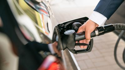 Benzin nam poskupeo 28, dizel 23 dinara:  Cena nafte ni u svetu nikada brže nije rasla