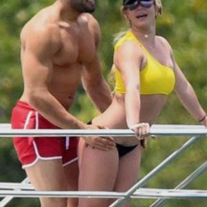 Бритни во провокативно бикини ужива на јахта