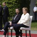 ФОТО: Ангела Меркел не може да стои?