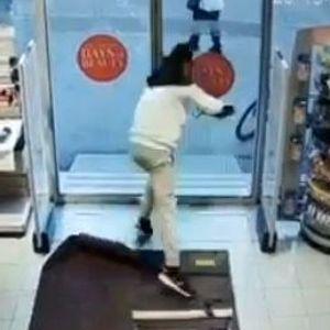 Вака се краде во маркет во Босна!