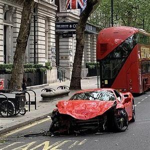 """Автомобил од  250 илјади фунти заврши """"под"""" автобус"""