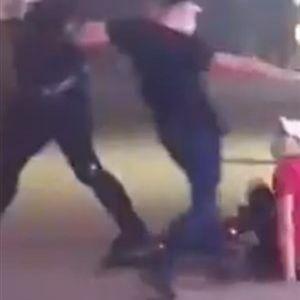 Нова снимка од полициското насилство во Србија: Полицајци дивјачки удрија момче и му го фрлија велосипедот