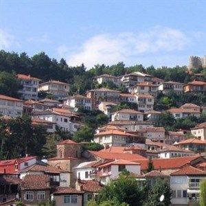ЕЧИ ОБИЏУКО И НИКОЈ НЕМА ЗАШТИТНА МАСКА - спорна забава во локал во Охрид
