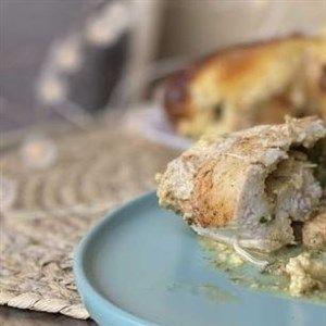 Запечено пилешко полнето со спанаќ во сос од павлака