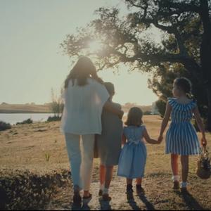 Мајка на четири девојчиња и пејачка: Инспиративната приказна на Ана Стилвел