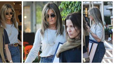 Стил на денот: Џенифер Анистон покажува како се носат фармерки над 45 години