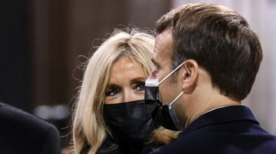 Француски шик: Пелерината на Бриџит Макрон е совршена замена за палто