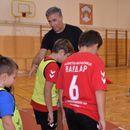 Тренерот Стојан Петрушевски од Вардар Јуниор на децата во Кисела Вода Вардар им откриваше ракометни тајни