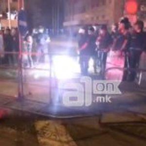 ВИДЕО: Комити ја провоцираа полицијата, па се обидоа да нападнат новинар