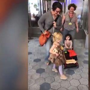 СРЦЕПАРАТЕЛНО ВИДЕО: 2-годишно девојче првпат излегува од болница