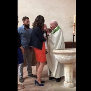 Видео што го обиколи светот: Свештеник на крштевка истепа дете