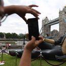 Статуа на Џеф Голдблум осамна сред Лондон